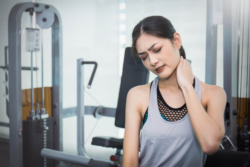 Kan jeg træne fitness når jeg har ondt i min nakke?